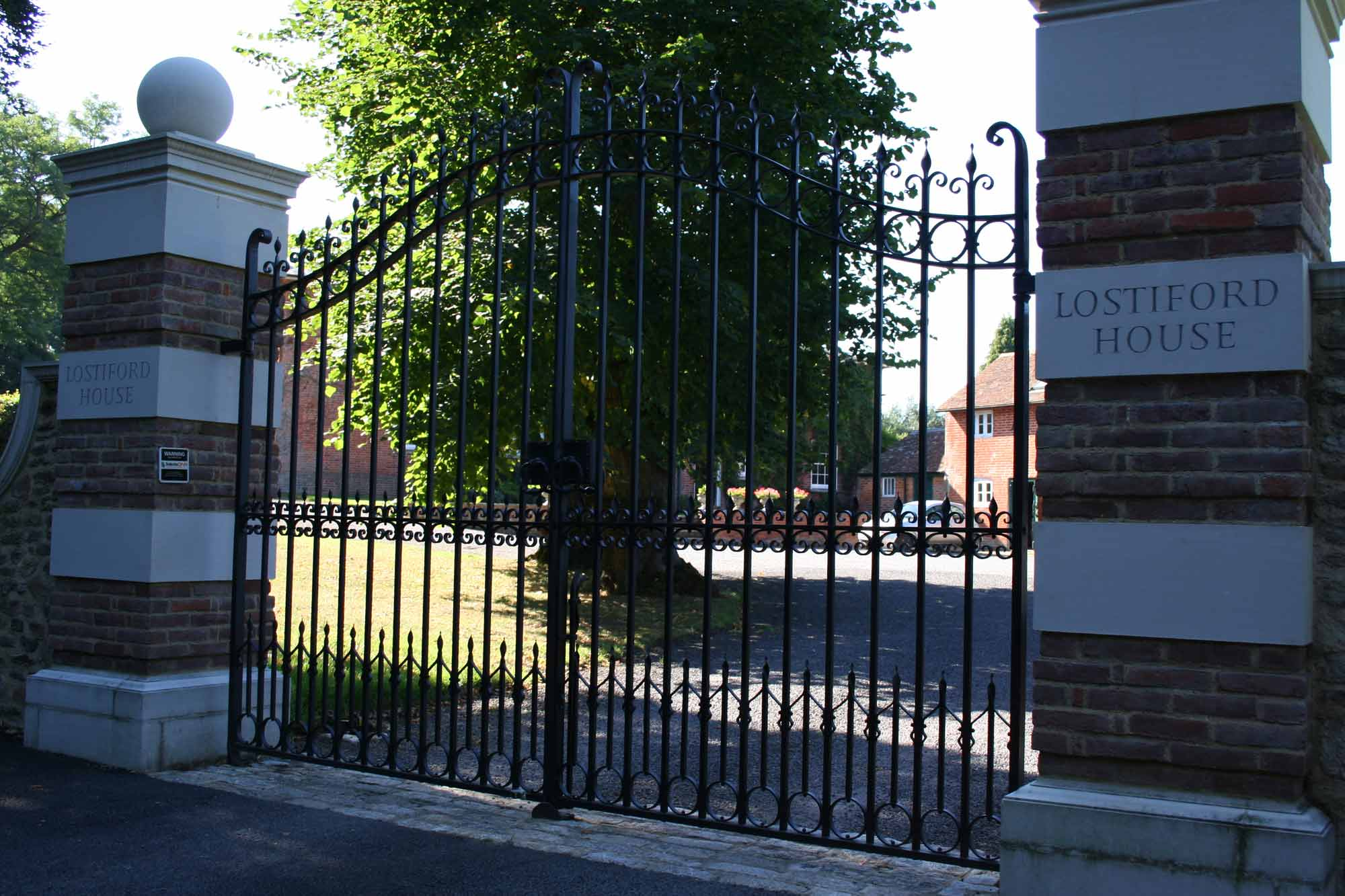 lostiford-house-gates-wonersh-surrey